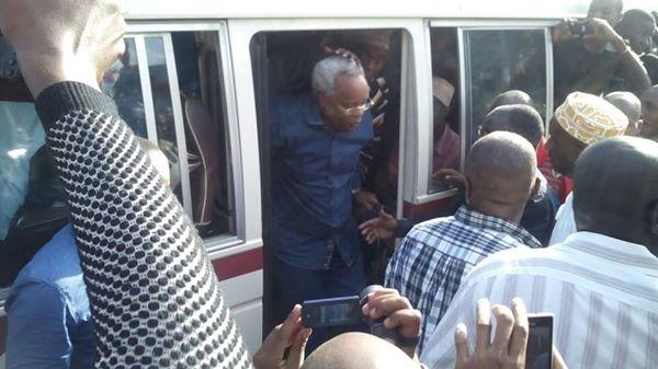 Mh Edward Ngoyai Lowassa Akisafiri kwa Daladala Leo 24 Agosti 2015 Kuangalia Kero za Wananchi